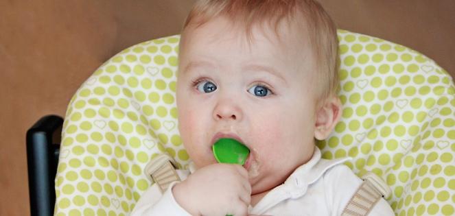 Barn spiser pære- og sviskemos