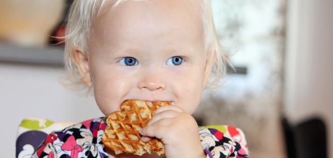 Barn spiser vafler med søtpotet